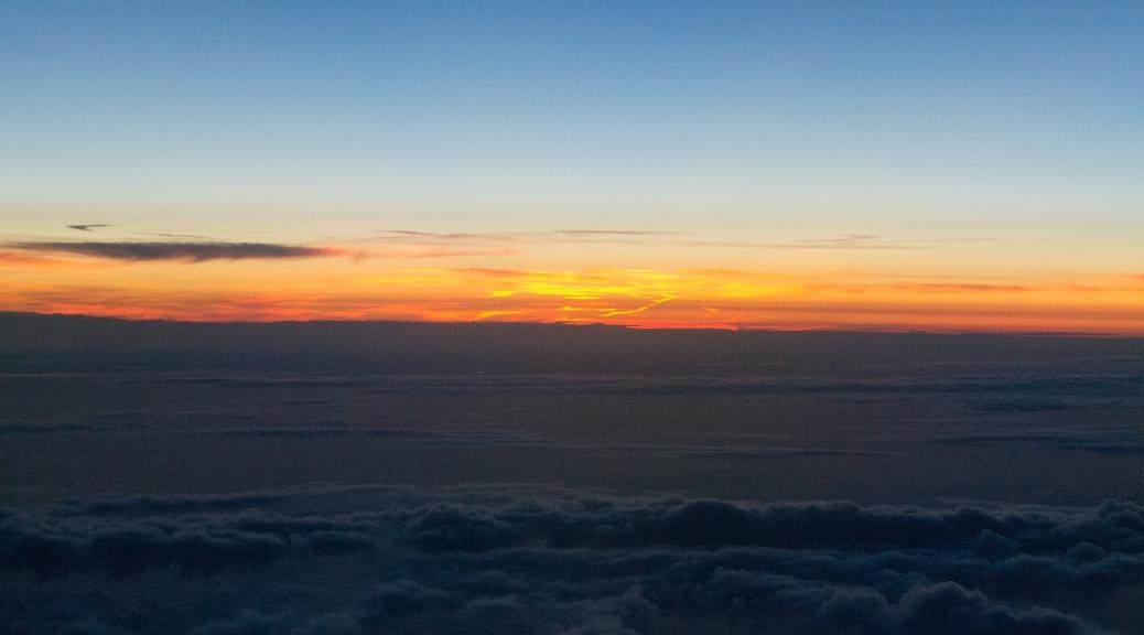 Puesta de sol desde el vuelo KL1706 de KLM con destino a mi escala en Amsterdam. / Sunset from KL1706 KLM flight with destination to a layover in Amsterdam.