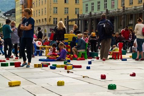 Niños jugando en una de las calles del centro de Bergen
