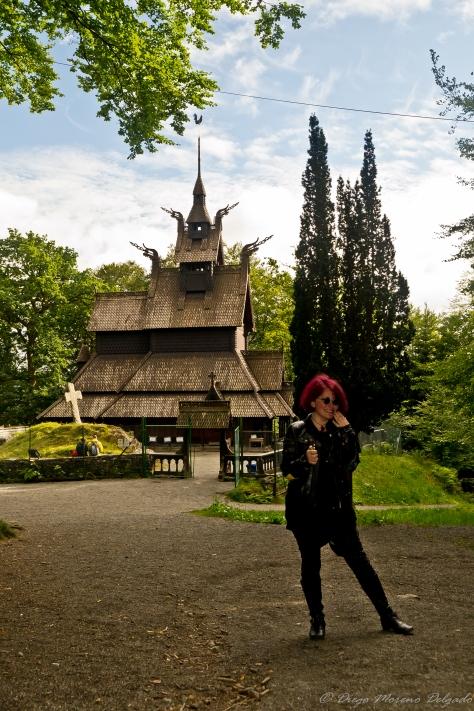 Claire con un mechero y la iglesia detrás.