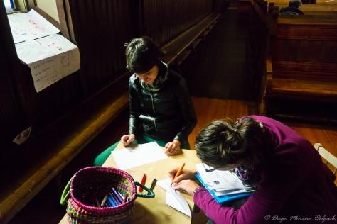 Marta y Natalia pintando dentro de la iglesia