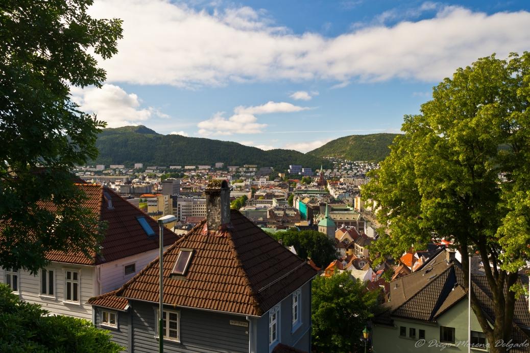 A mitad camino ya se observan los tejados de Bergen