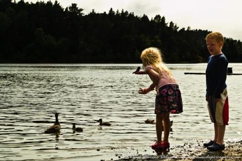 Niños noruegos en la playa de Nipedal.