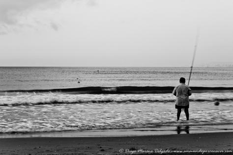 Pescador en la playa de Cullera al amanecer.