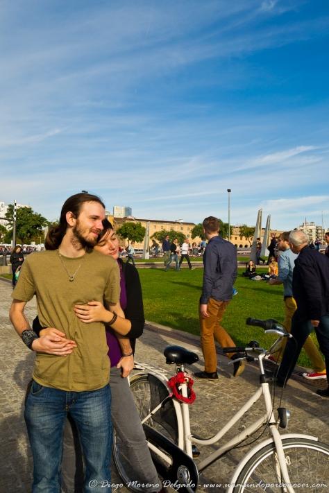 Guillem y Marta en un día de bici por la ciudad.