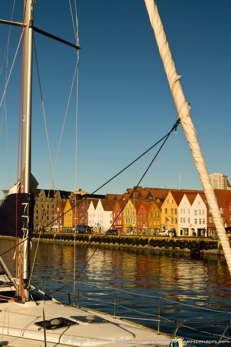 Velero y barrio de Bryggen en Bergen.