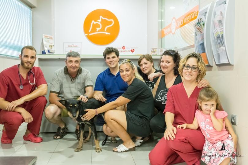Equipo de la Clínica Integral junto con Esperanza Animal y el policía participante en el rescate