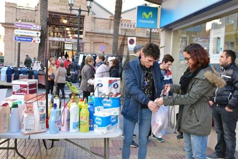 """""""Una persona haciendo entrega de varios productos - Diego Moreno Delgado"""""""